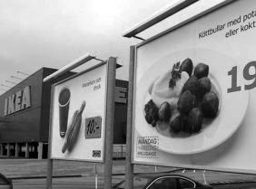 werbetafeln-fuer-ikea-hackbaellchen-koettbullar-vor-einem-ikea-markt-in-malmo-schweden-